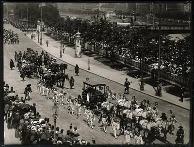 Kaiser-Huldigungs-Festzug in Wien 1908, V. Gruppe (Prunkwagen mit den Prinzessinnen Anna von Ungarn & Marie von Österreich) von Louis Held