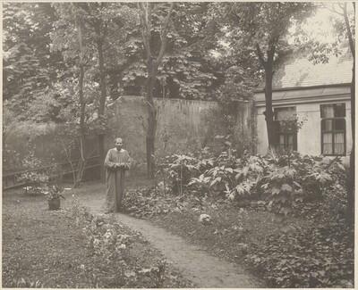 Gustav Klimt im Garten vor seinem Atelier in Wien VIII., Josefstädter Straße 21 von Moriz Nähr